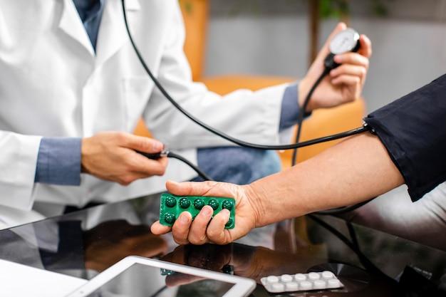 Doktorhände, die sorgfältig spannung messen Kostenlose Fotos