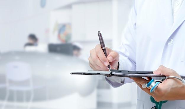 Doktorhandschrift auf antragsformular bei der stellung am krankenhaus. Premium Fotos