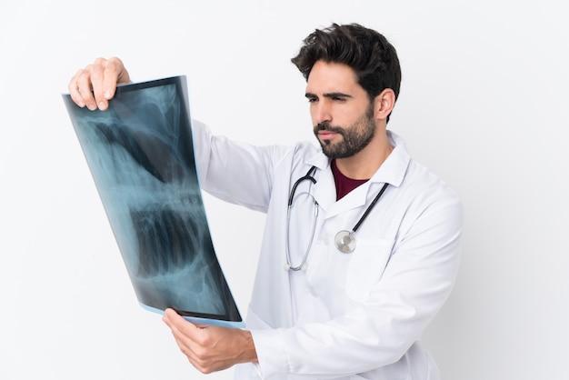Doktormann über lokalisierter wand Premium Fotos