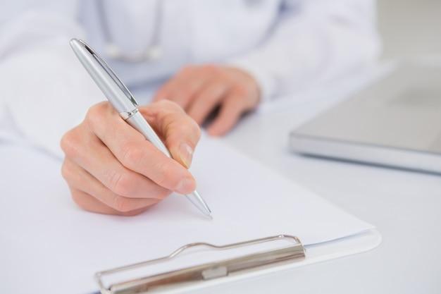 Doktorschreiben in einer zwischenablage Premium Fotos