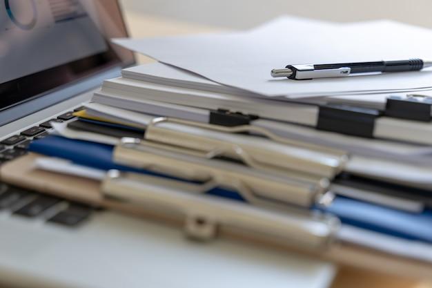 Dokumente des geschäftsmannarbeitslesediagramms finanzieren zum berufserfolg Premium Fotos