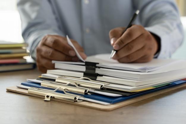 Dokumentenschreibarbeitsstapel geschäftspapierdokumente auf büro auf schreibtischbuchhaltungspapierdatei Premium Fotos