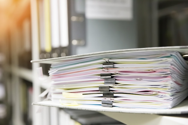 Dokumentenstapel in einem ordner. Premium Fotos