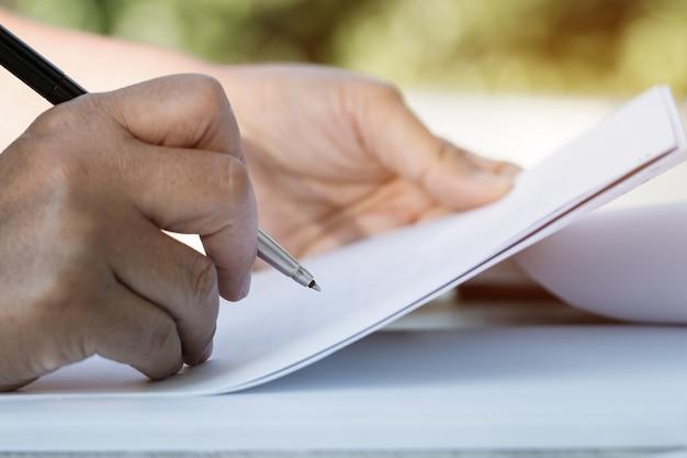 Dokumentieren sie bericht und geschäft beschäftigt konzept: geschäftsmann manager, der unterzeichnende dokumente überprüft Premium Fotos
