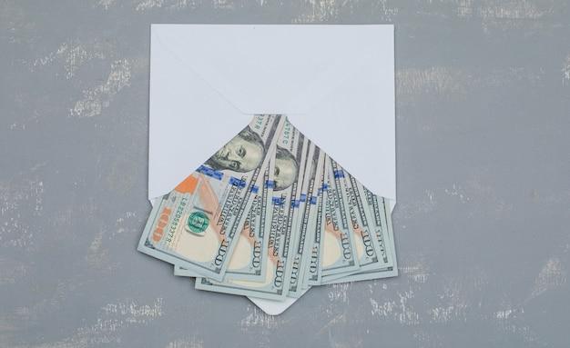 Dollar-banknoten im geöffneten umschlag auf gipsplatte Kostenlose Fotos