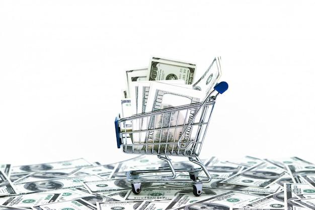 Dollar im einkaufswagen getrennt auf weißem hintergrund Premium Fotos