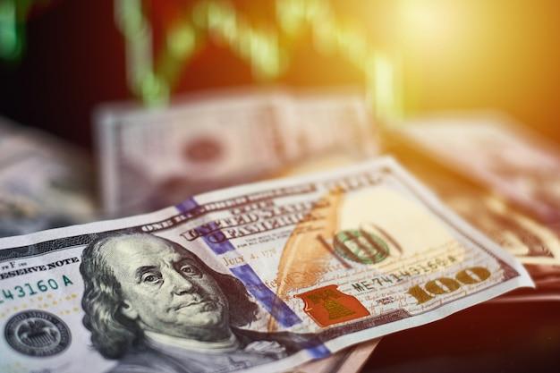 Dollarbanknote gegen finanzdatenhintergrund Premium Fotos