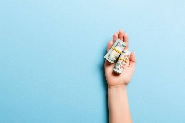 Dollarnoten in röhrchen in weiblicher handfläche aufgerollt Premium Fotos