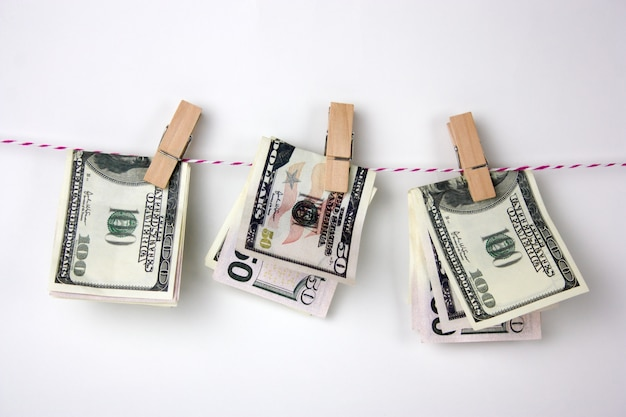 Dollarscheine mit wäscheklammern hängen an einem seil Premium Fotos