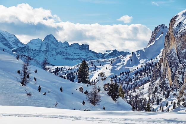 Dolomitberge mit schnee bedeckt Premium Fotos