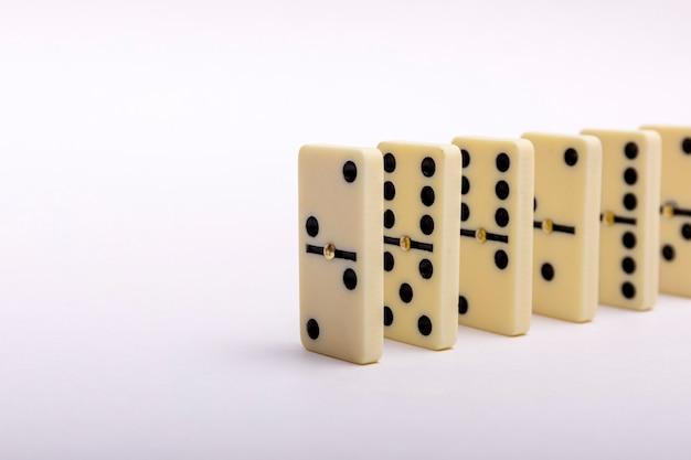 Dominos effektzusammensetzung mehrerer in einer reihe angeordneter dominoknochen Premium Fotos