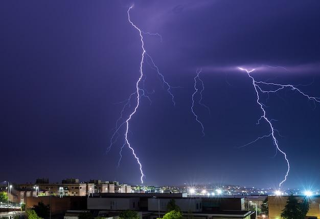 Donner. elektrischer sturm über caceres. extremadura. spanien. Premium Fotos