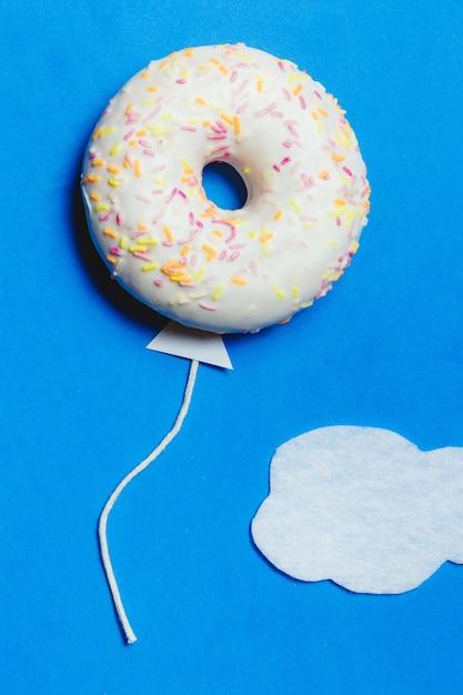 Donut in form eines ballons im himmel Premium Fotos