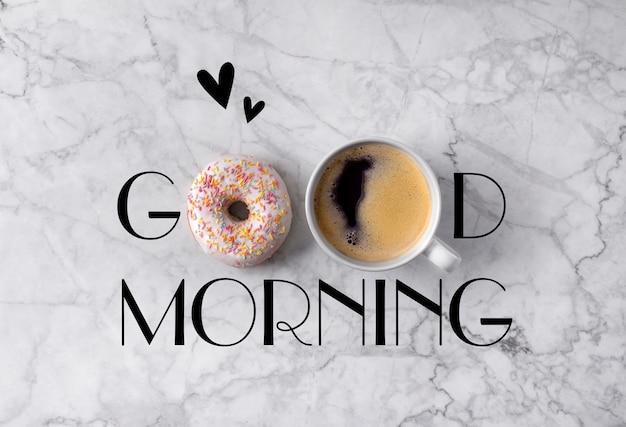 Donut, tasse kaffee und herzen. guten morgen gruß geschrieben am marmor grau Premium Fotos