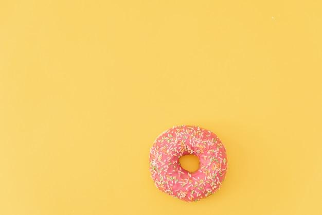 Donuts auf gelbem hintergrund. Premium Fotos