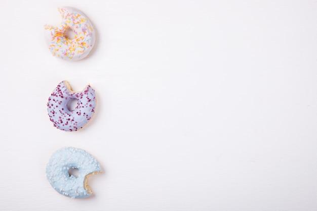 Donuts in farbigen glasuren. gebäck, dessert Premium Fotos