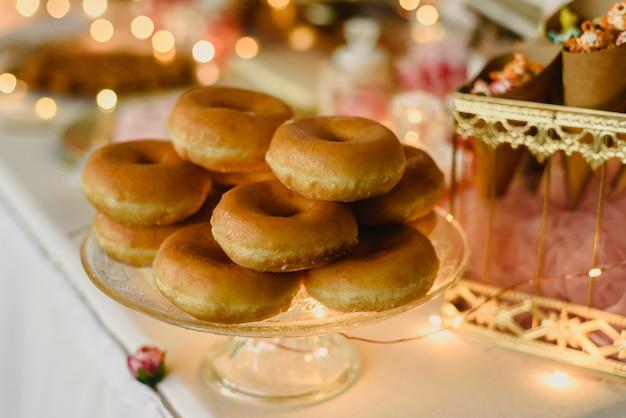 Donuts in verschiedenen geschmacksrichtungen, um eine ungesunde ernährung zu erreichen Premium Fotos