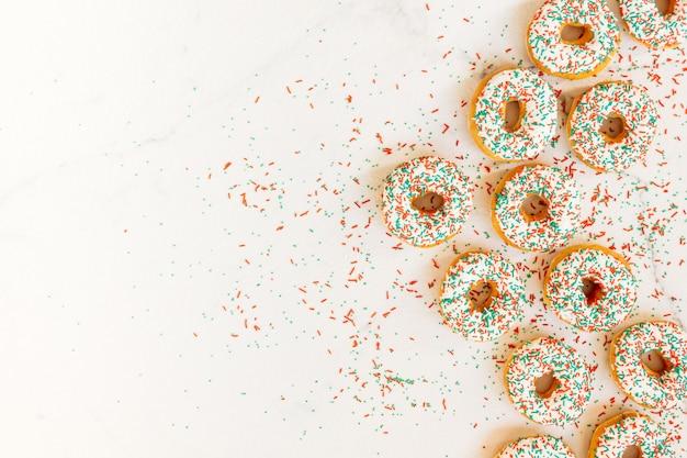 Donuts mit weißer schokoladencreme und besprüht zucker Kostenlose Fotos
