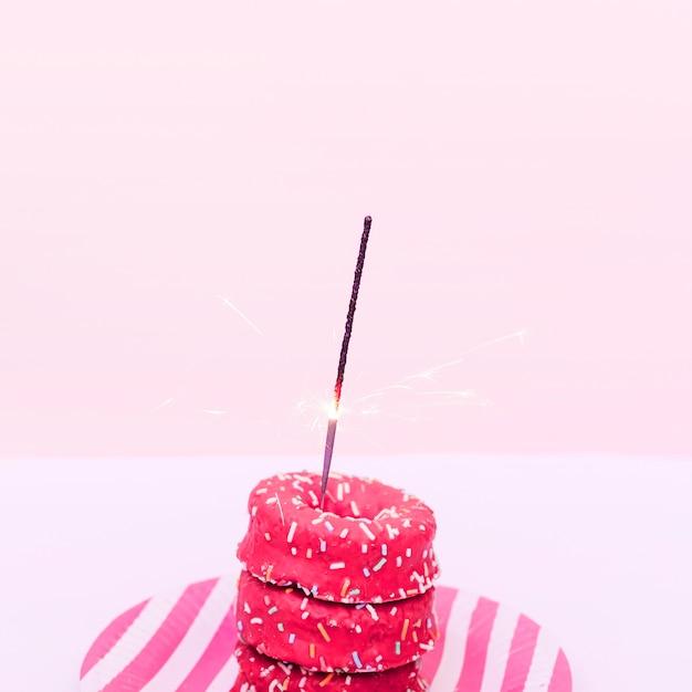 Donuts mit wunderkerze Kostenlose Fotos