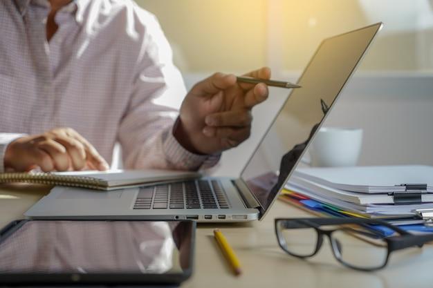 Doppelbelichtung der geschäftsmannhand arbeitend an laptop-computer auf hölzernem schreibtisch mit social media-netzdiagramm Premium Fotos