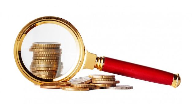 Doppelbelichtungsgeschäftskonzept mit lupenzoom und fokus auf münzengeldidee für finanzierung Premium Fotos