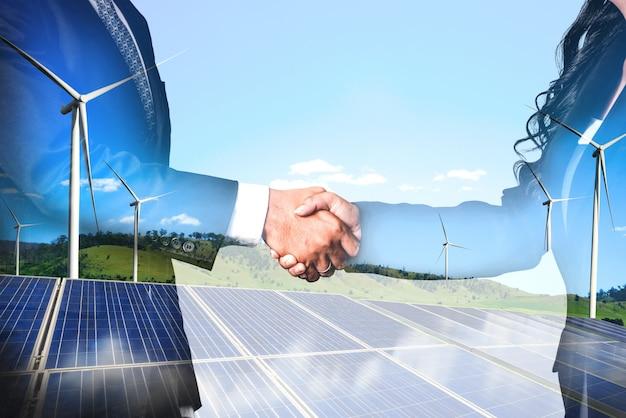 Doppelbelichtungsgrafikschnittstelle der windkraftanlage. Premium Fotos