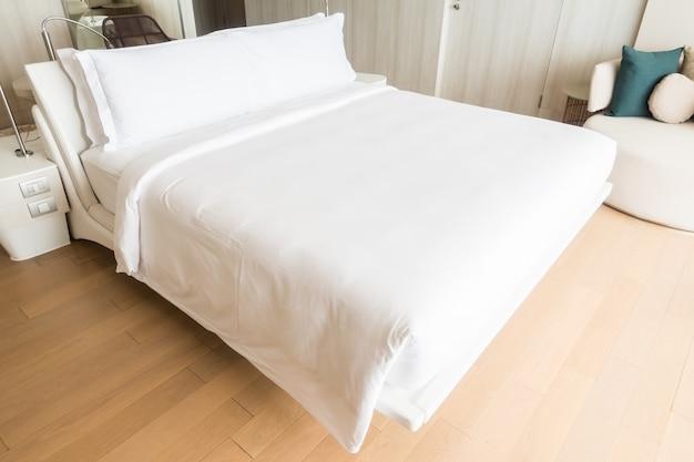 Doppelbett mit weißen kissen Kostenlose Fotos