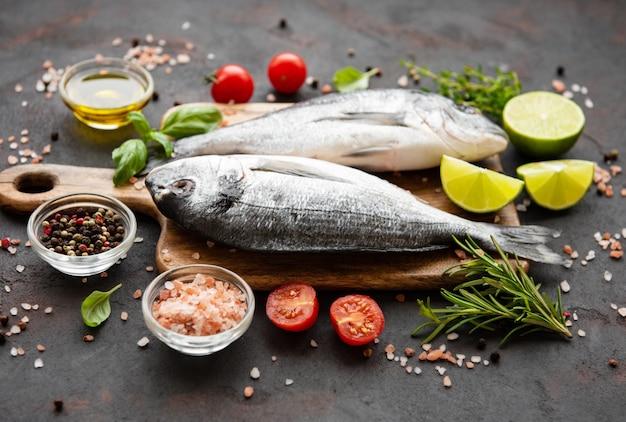 Dorado mit frischem fisch Premium Fotos