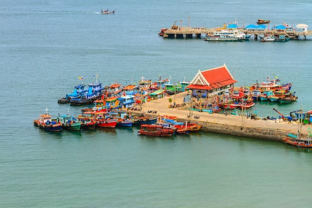 Dorf an der küste in thailand Premium Fotos