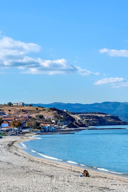Dorf und hafen am meer in nea roda mit menschen am strand, chalkidiki, griechenland Premium Fotos