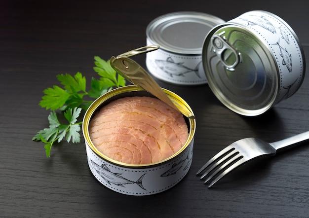Dosen thunfisch petersilie und gabel Premium Fotos