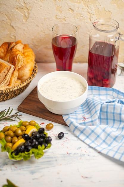 Dovga, yayla, kaukasische suppe aus joghurt, serviert mit oliven Kostenlose Fotos