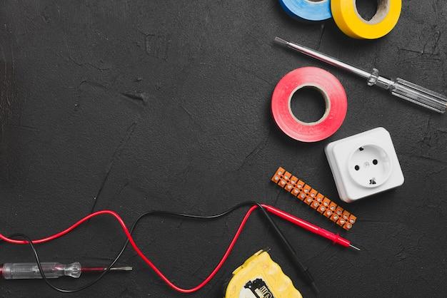 Drähte und instrumente auf dem tisch Kostenlose Fotos