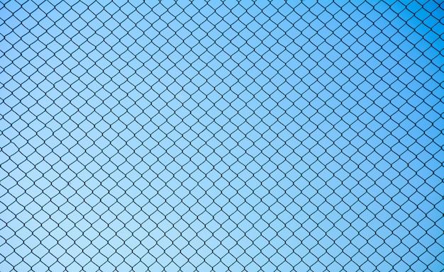 Drahtgeflechtstahl auf blauem himmelhintergrund Premium Fotos