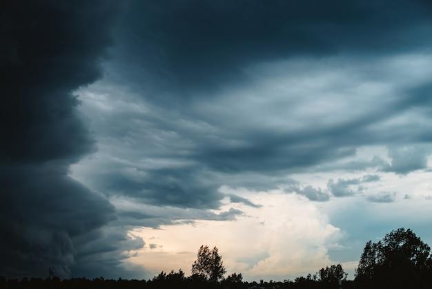 Dramatische wolkenlandschaft. Premium Fotos
