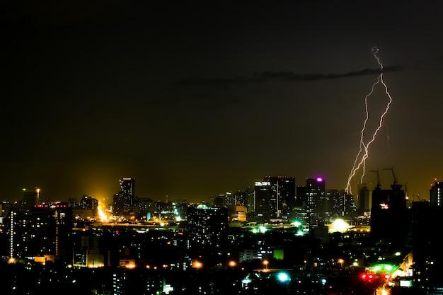 Dramatischer gewittersturm in der stadt bei nacht Premium Fotos