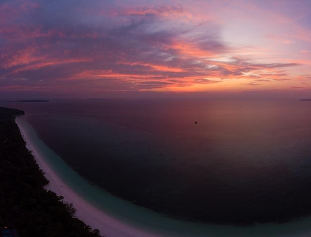 Dramatischer himmel des tropischen strandinselriffs der vogelperspektive karibisches meer bei sonnenuntergangsonnenaufgang Premium Fotos