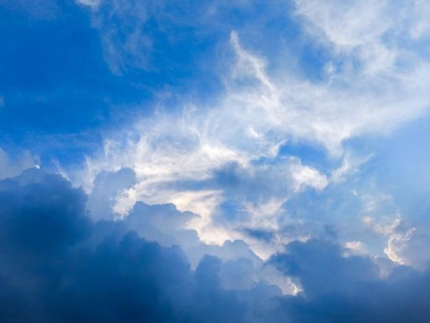 Dramatischer himmel und stürmische wolken im blauen himmel. Premium Fotos