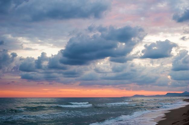 Drastische bunte wolken und meer Premium Fotos