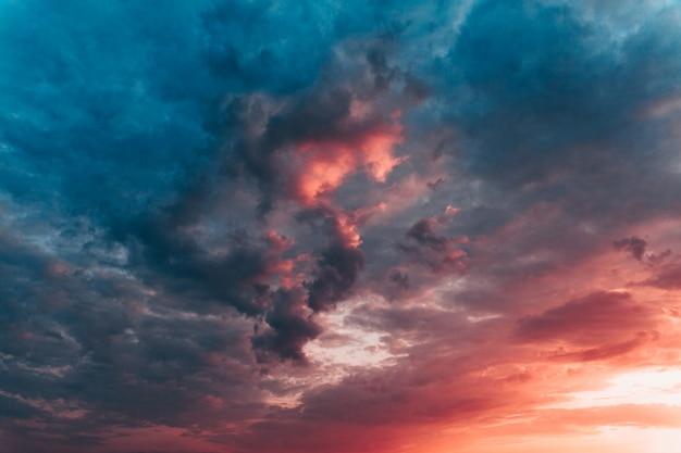 Drastischer sonnenunterganghimmel mit mehrfarbenwolken Premium Fotos