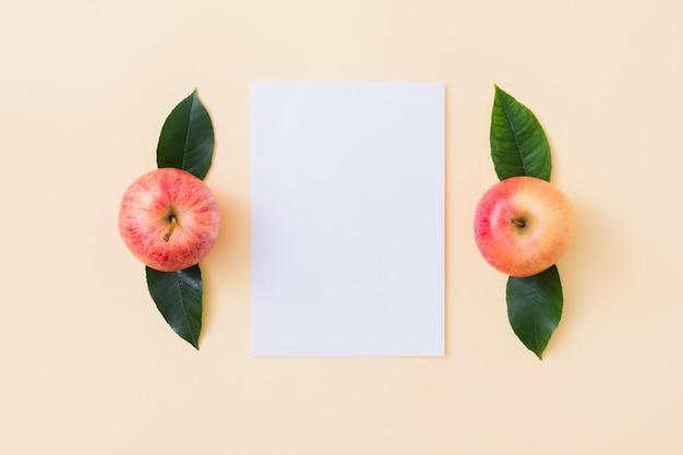 Draufsicht äpfel mit papier Kostenlose Fotos