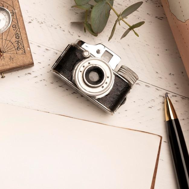 Draufsicht alte fotokamera für das reisen Kostenlose Fotos