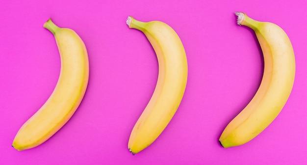 Draufsicht anordnung von drei bananen Kostenlose Fotos