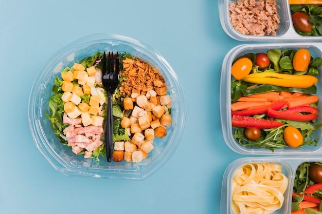 Draufsicht arbeiten lunchboxen und salat Kostenlose Fotos