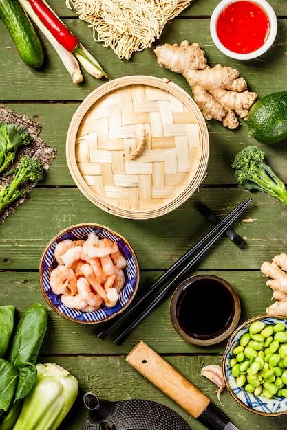 Draufsicht auf asiatisches essen Premium Fotos