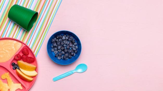 Draufsicht auf blaubeeren und babynahrung mit kopienraum Kostenlose Fotos