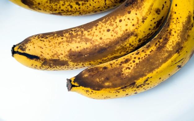 Draufsicht auf braun gefleckte bananen. Premium Fotos