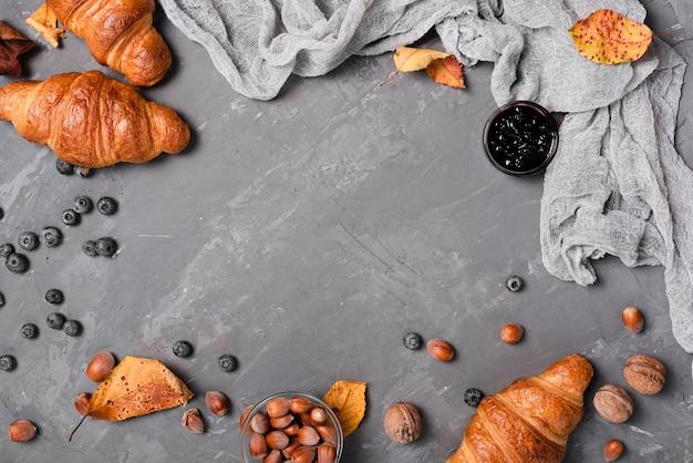Draufsicht auf croissants, marmelade und kastanien Kostenlose Fotos