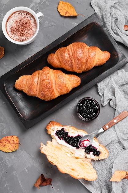 Draufsicht auf croissants und marmelade Kostenlose Fotos
