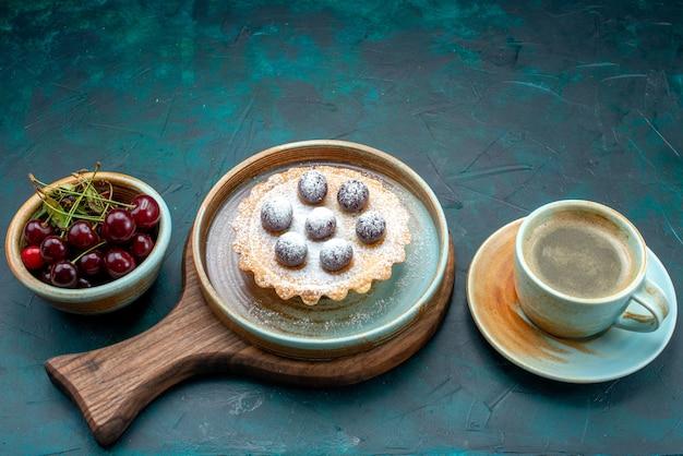 Draufsicht auf cupcake mit leckeren kirschen neben latte auf dunkelblau, Kostenlose Fotos